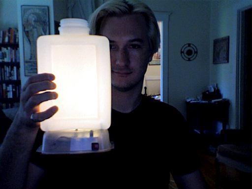 Come realizzare una lampada con una bottiglia di vetro